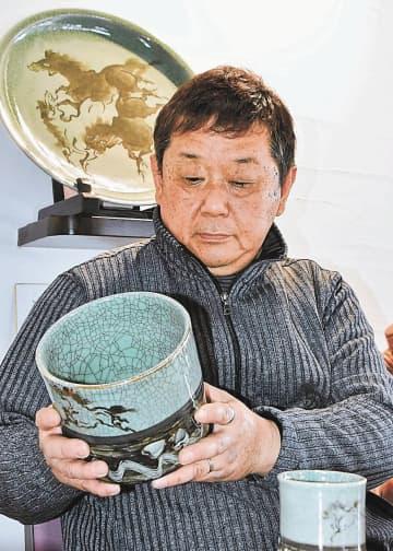大堀相馬焼を見つめ、新たな拠点の開設に思いを巡らせる小野田理事長