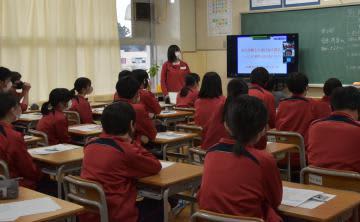 オンライン震災語り部講話で、生徒を代表してお礼を述べた小林柚菜さん(中央)=取手市立戸頭中
