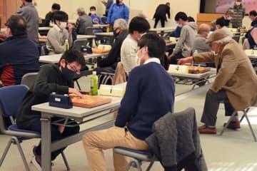 第68期肥後名人戦の熊本市予選で対局する出場者=熊本市中央区