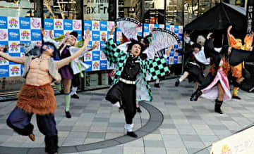 ダンスパフォーマンスで優勝した「TDS鬼滅ダンサーズ」の迫力あるダンス=21日、大阪市中央区のエディオンなんば本店