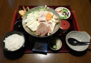「いっさく」の冬季限定メニュー「牡丹鍋御膳」。鍋の中央にイノシシ肉が並ぶ=糸魚川市
