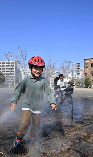 気温が上がる中、公園の噴水で一足早い水遊びを楽しむ子どもたち=広島市中区の東千田公園(撮影・田中慎二)