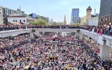 ミャンマー最大の都市ヤンゴンで、クーデターへの抗議活動で道路をうめつくした人々=17日(共同)