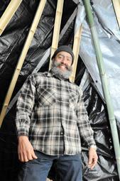 竹を組んで作ったテントとジオバニ・モントージャさん=赤穂市御崎