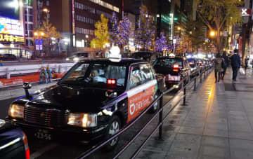 大阪・道頓堀川周辺で客待ちするタクシーの列=2020年12月