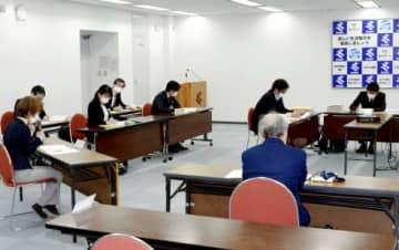 提言案を協議する、いじめ再発防止検討会=鹿児島県庁