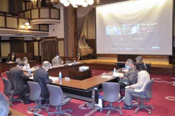県立障害者施設の利用者支援の在り方について議論する検討部会のメンバーら=県庁
