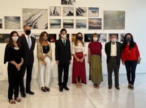 事前鑑賞会に参加した皆さん(左からナターシャ・バルザギ・ギネン今展示キュレーター、クルッグJH館長、オスカー・ニーマイヤー美術館のジュリアナ・ヴォスニカ館長、高木昌弘在クリチバ日本国総領事、ルシアナ・