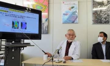EPR効果を応用した高分子化ホウ素製剤について説明するバイオダイナミックス研究所の前田浩理事長(左)=19日、熊本市中央区
