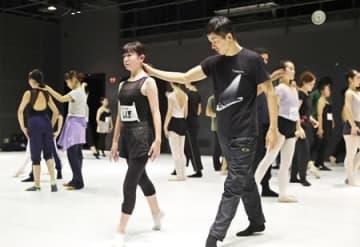 ノイズムが新潟市洋舞踊協会向けに開いたワークショップ。芸術監督の金森穣さんが中高生に指導した=2019年12月、同市中央区のりゅーとぴあ