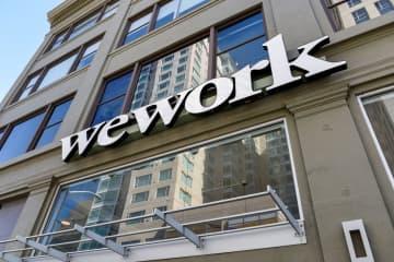 オフィスビルの外壁に取り付けられたウィーワークのロゴ=2019年9月、米サンフランシスコ(ロイター=共同)