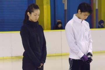 12年の復興演技会で犠牲者に黙とうを捧げる荒川静香さんと羽生(写真:時事通信)