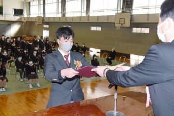 青木校長(右)から卒業証書を受け取る卒業生