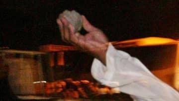 落ちてる石を拾って自分を殴る「世界最悪のマリーシア」が話題
