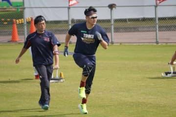 田中将大のトレーニングを主導する星洋介氏(左)【写真:宮脇広久】