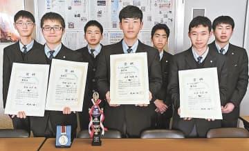 マイクロロボコン高校生大会に出場した(前列右から)小室さん、石井さん、熊田さん(後列右から)五十嵐さん、岡部さん、有我さん、本田さん