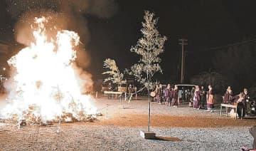 炎を上げる護摩壇に祈りをささげる参拝者ら