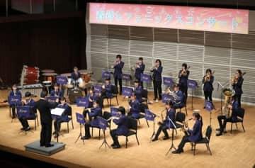 長岡市内の高校吹奏楽部が力強い演奏を披露した合同コンサート=23日、長岡市