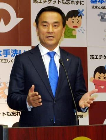県内での感染状況がステージ3からステージ2に改善されたことを発表する村岡知事