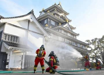 岡山城天守閣に一斉放水 火災予防運動合わせ消防訓練