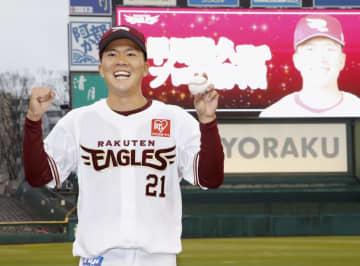 プロ初登板勝利を挙げ、ウイニングボールを手に笑顔の楽天・早川=楽天生命パーク