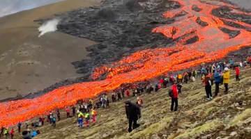 """アイスランドの噴火で見物客が""""溶岩""""の近くまで…危なくないの?専門家に聞いた 画像"""