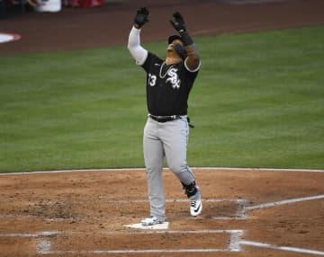 3日のエンゼルス戦で本塁打を放ち、本塁ベース上で歓喜のポーズを見せるホワイトソックスのエルミン・メルセデス=アナハイム(ゲッティ=共同)