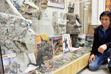特撮映画に登場する怪獣の頭部を作った作品が並ぶ会場=羽島市竹鼻町、市歴史民俗資料館・映画資料館
