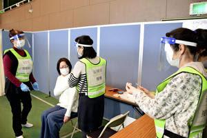 ワクチン接種の模擬訓練を行う参加者