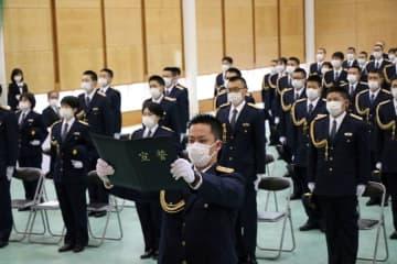 入校生を代表し力強く宣誓する浜口巡査(手前)=長崎市、県警察学校