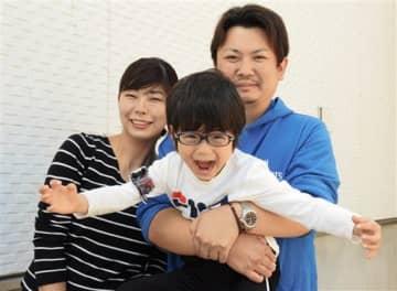 熊本地震の前震の約14時間前に生まれた松田宗敬ちゃん(中央)と母親の優子さん(左)、父親の敬司さん=3日、宇城市
