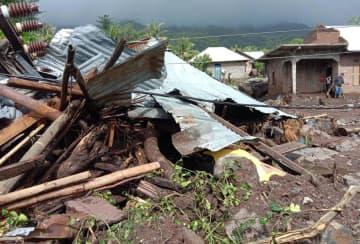 インドネシア東部の豪雨で倒壊した東ヌサトゥンガラ州の家屋=5日(AP=共同)