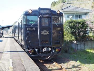 JR九州の観光列車「はやとの風」=2019年3月24日、鹿児島県内(筆者撮影)