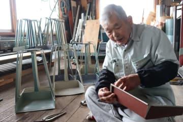 作業場でちりとりを作る塩見さん(福知山市私市)