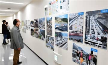熊本地震で被災した熊本城や阿蘇地域などの復興の歩みを写真や紙面で追った「熊本地震から5年」展=5日、熊本市中央区の新聞博物館(石本智)