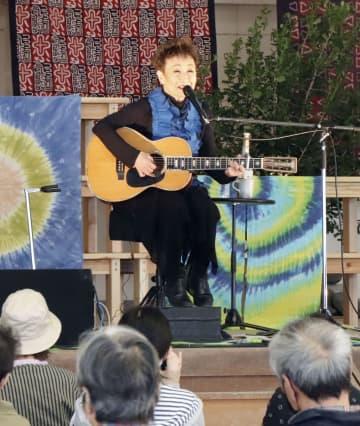 チャリティーライブで歌を披露する加藤登紀子さん=6日午後、熊本県球磨村