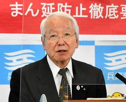 全国知事会の欠席理由を定例会見で説明する兵庫県の井戸敏三知事=6日午後、県庁