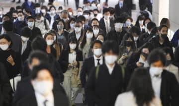 東京・新宿をマスク姿で歩く人たち=6日午後