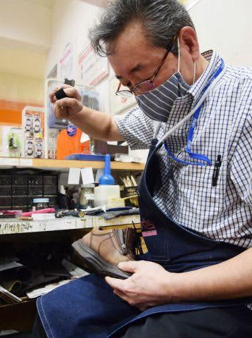時に針が曲がるほど固い革を、一糸一糸手際良く縫う折舘店長