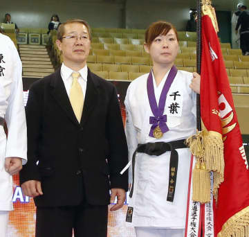 2018年、空手の全日本選手権の女子個人組手で優勝した植草歩選手。左は香川政夫氏=日本武道館