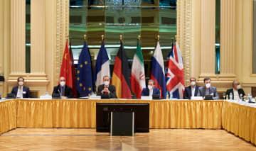 6日、ウィーンで開かれたイラン核合意の立て直しに向けた会議に参加するイランや欧州連合(EU)の代表者ら(ゲッティ=共同)