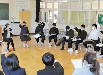 語り合う小原中の生徒たち。新型コロナウイルス感染防止のため、ボールは足でパスしている