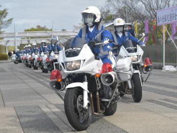 春の全国交通安全運動が始まり、取り締まりに出発する白バイ隊員たち=県警本部前