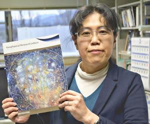 地質マップの見本を手に取り、受賞を喜ぶ大竹教授