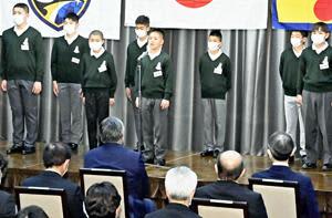 入校式で力強く決意表明する田村さん(中央)らJFAアカデミー福島16期生 =6日午後、Jヴィレッジ