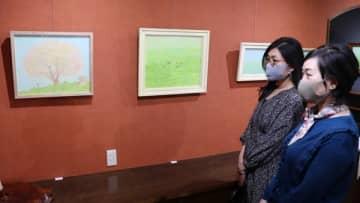 【優しい色合いの絵を楽しむ人ら=四日市市安島の山画廊で】
