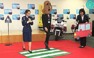 配信動画で信号機のない横断歩道の渡り方などを実演する岡田さん(左端)=6日