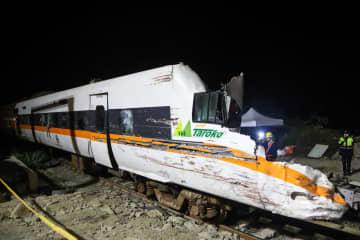 台湾東部・花蓮の特急列車脱線事故で、トンネルから撤去された先頭車両=7日(中央通信社=共同)