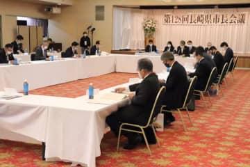 新型コロナ対策や国、県への要望事項などを話し合った県市長会議=松浦市内