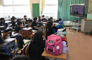 テレビ放送での始業式に臨む児童=岡山市立大野小